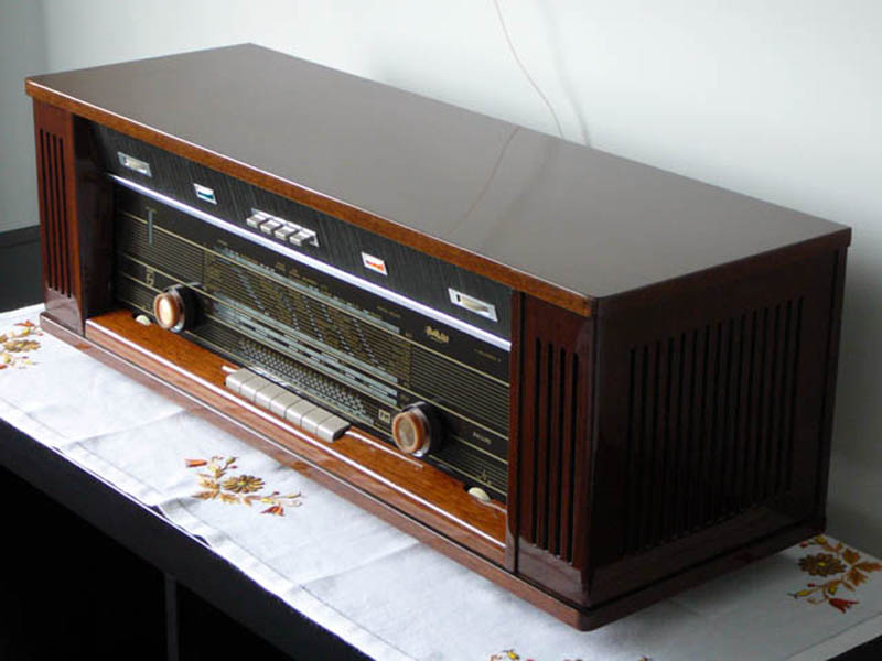 <b>Philips B7X44A/03</b> (1965) : Figure 35 : This radio was picked up at a local garage sale. Only missing a knob and a small ding on top. Fully working radio with a wonderful spring reverb sound effect. Very loud. :