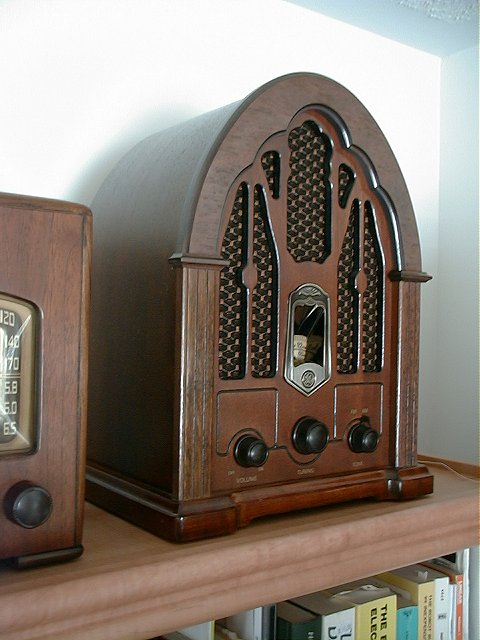 <b>General Electric 7-4100JA</b> (1987) : Figure 9 : 1930 Reproduction - Transistor AM/FM Radio. :