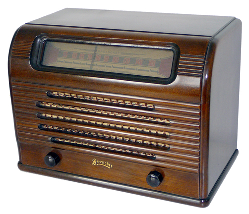 <b>Serenader 1U51-S-3</b> (1940s) : Figure 48 : Absolutely a beautiful radio as found. The cabinet is in an immaculate original condition. All tubes in place and test good on my tube tester. Made by  Dominion Electrohome Industries Ltd. :
