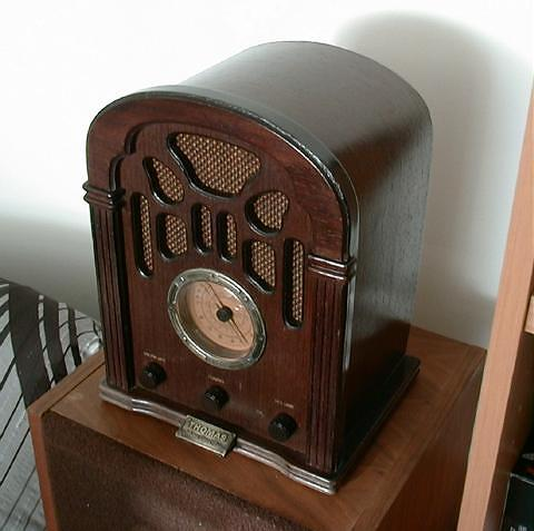 <b>Thomas 412</b> (2005) : Figure 31 : 1940 Reproduction - Transistor AM/FM Radio. :