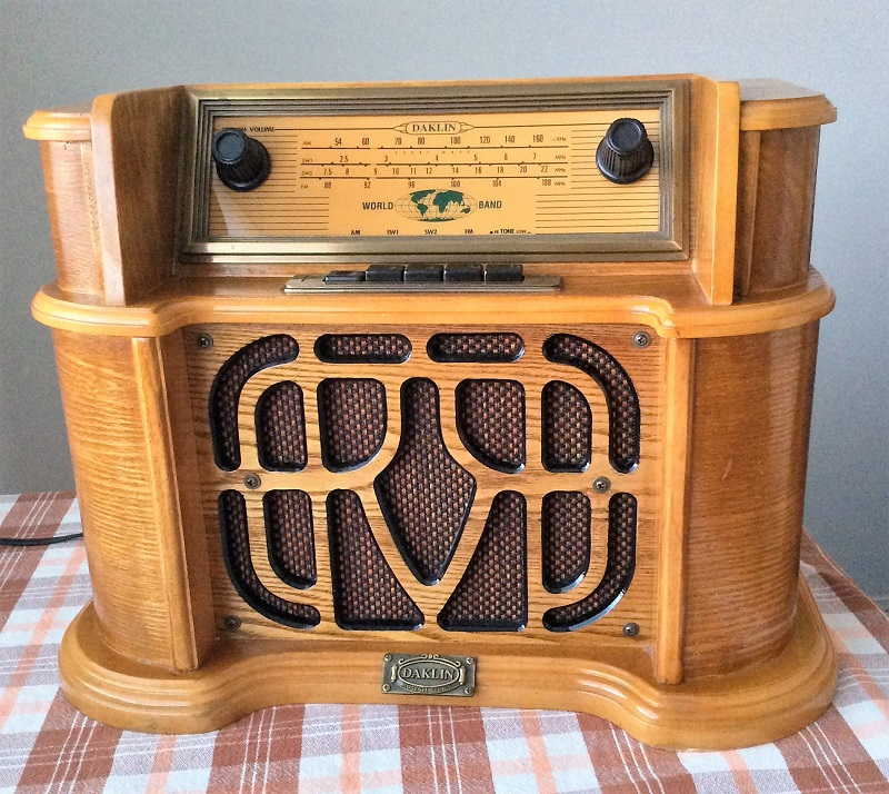 <b>Daklin 49054/9735</b> (2000) : Figure 80 : Antique store find reproduction vintage radio. Needed only a little Deoxit on the switches to fix. Too bad, not much on Shortwave anymore. :