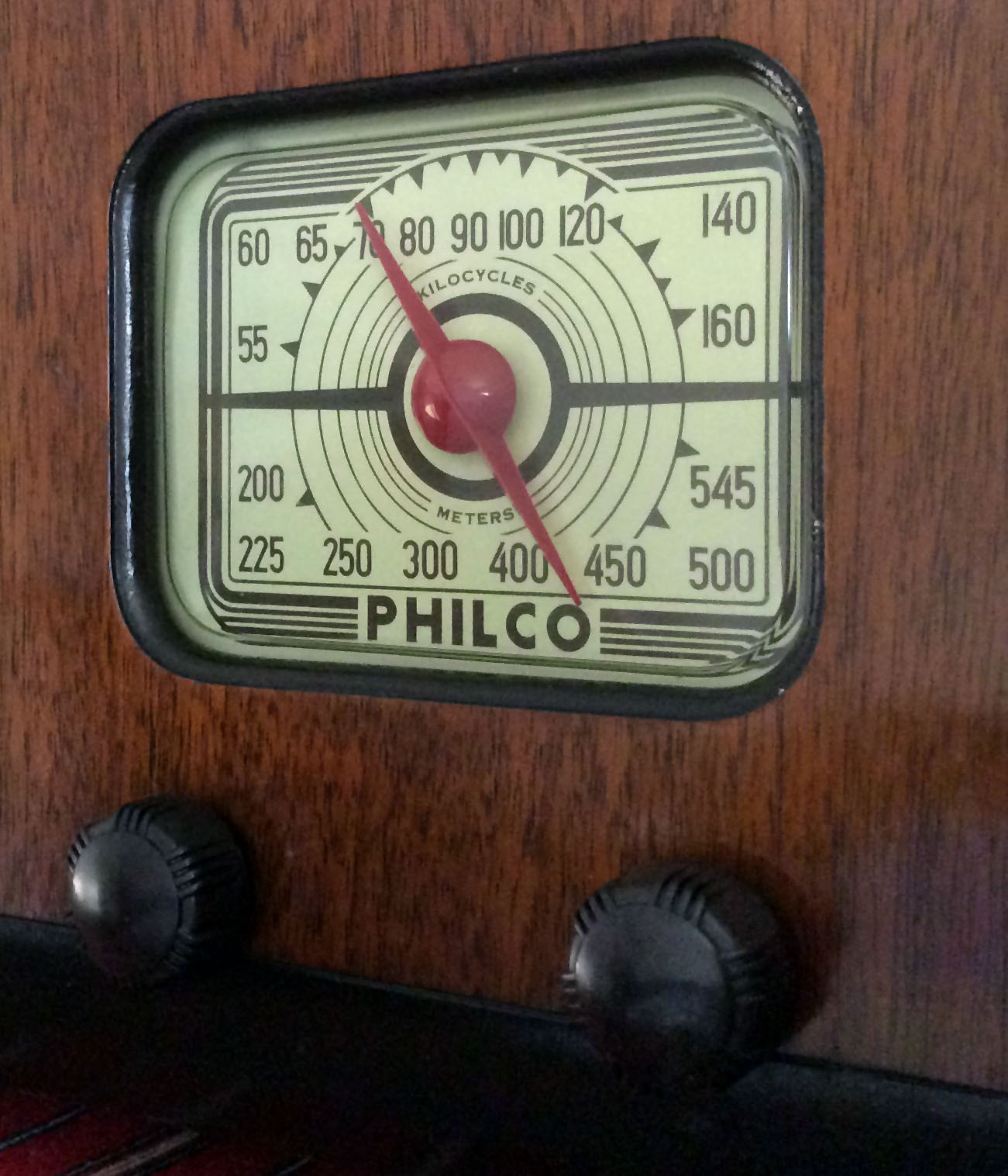 <b>Philco 32A</b> : Figure 92 : What a beautiful dial. The knobs were polished with a cotton wheel and Autosol Metal Polish. :